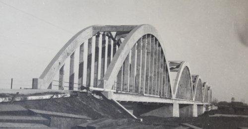 ponte che attraversa il Devoli e lateralmente è agganciato l'oleodotto Devoli Valona