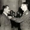 005-1945-3-ottobre-enrico-mattei-riceve-dal-genelale-mark-clark-gg-sfa-la-medaglia-di-bronzo-al-merito-per-azione-partigiana-durante-la-guerra-in-italia